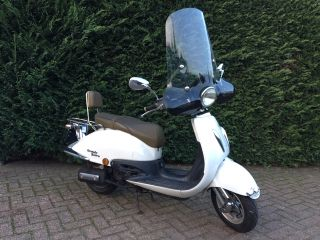 Witte grande retro scooter