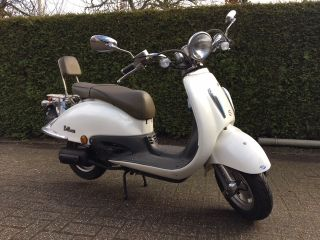 Witte retro bromscooter